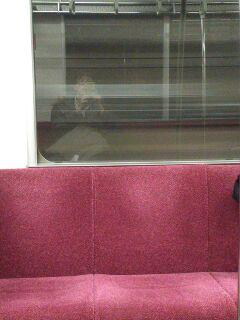 地下鉄一人物想ふ。